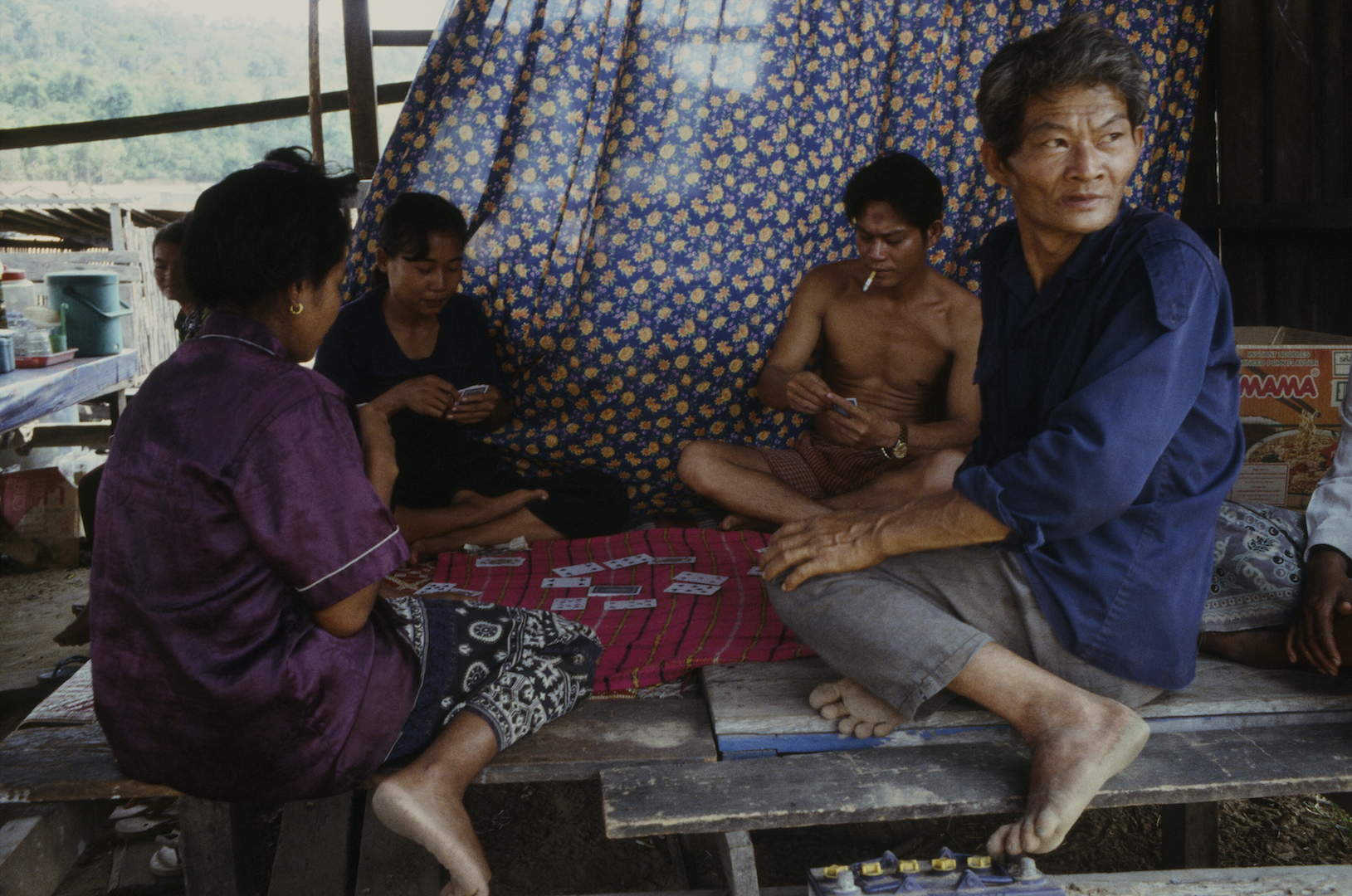 Partie de cartes à Tonglé Sap au Cambodge. (Copyright : Bruno Birolli)