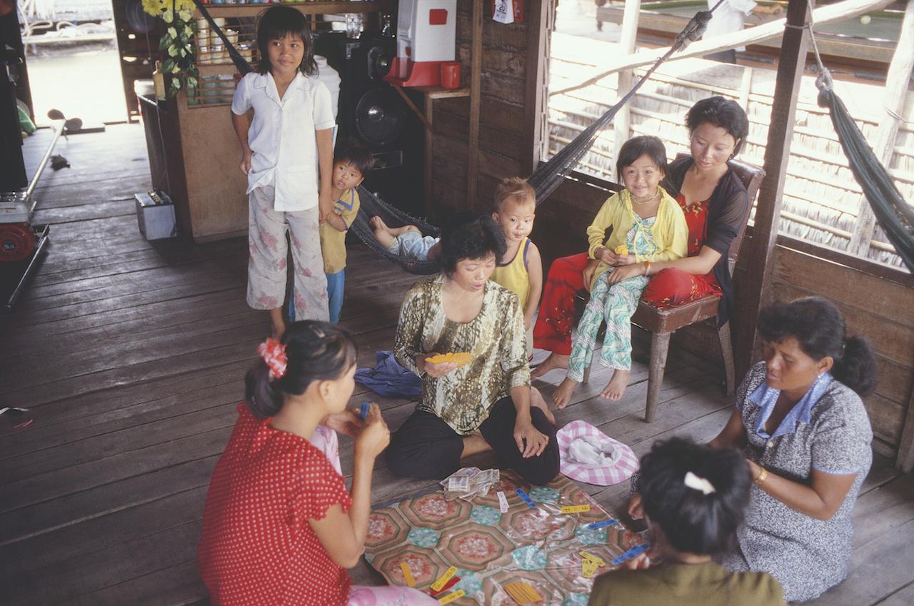 Dans une épicerie flottante de Tonglé Sap au Cambodge - février 2003. (Copyright : Bruno Birolli)