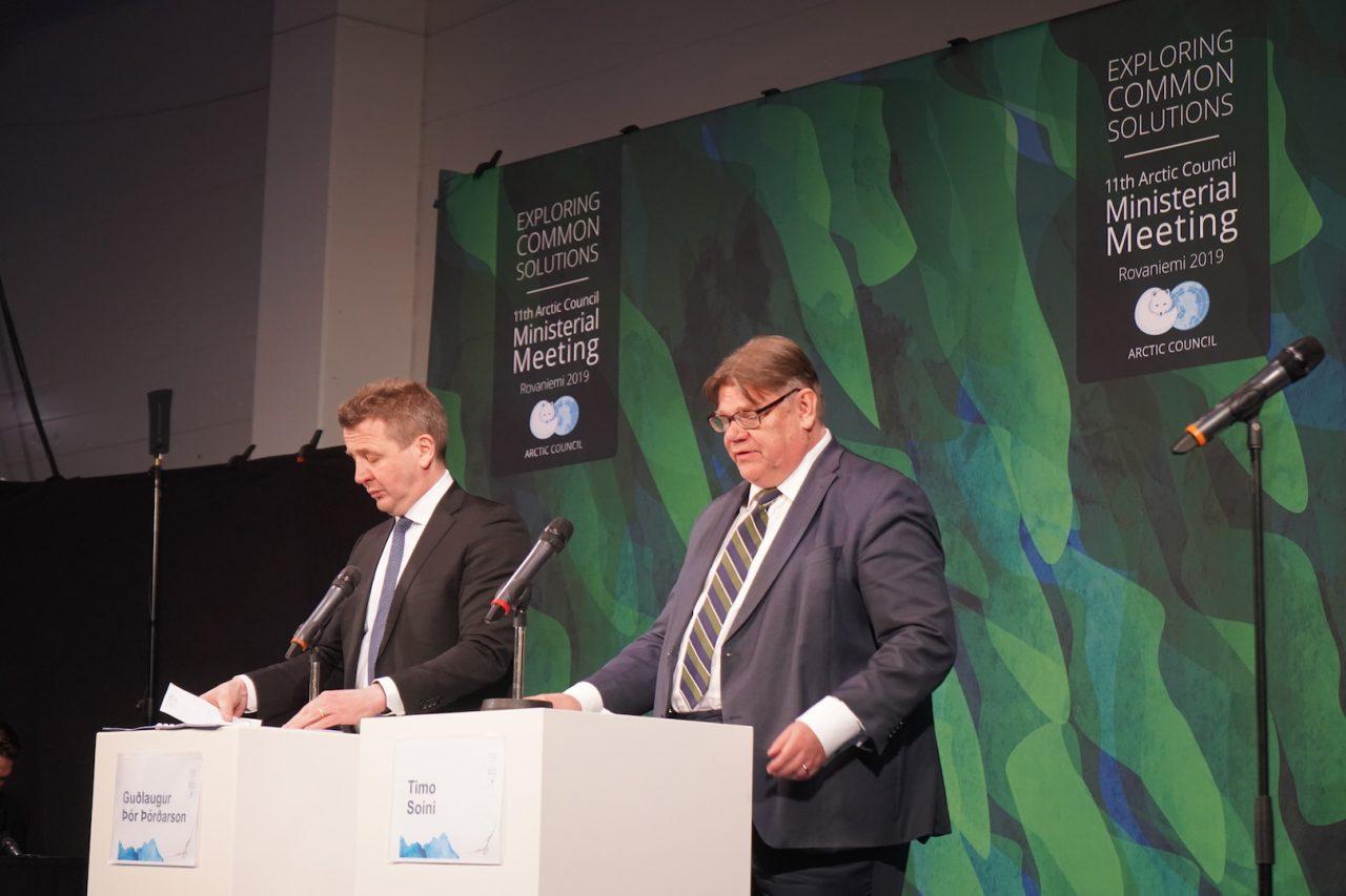 Gudlaugur Thor Thórdarson, ministre des Affaires étrangères islandais (G) et Timo Soini, son homologue finlandais (D), en conférence de presse après le sommet ministériel du Conseil de l'Arctique, le 7 mai 2019 à Rovaniemi, en Laponie finlandaise. (Copyright : Marine Jeannin et Igor Gauquelin)