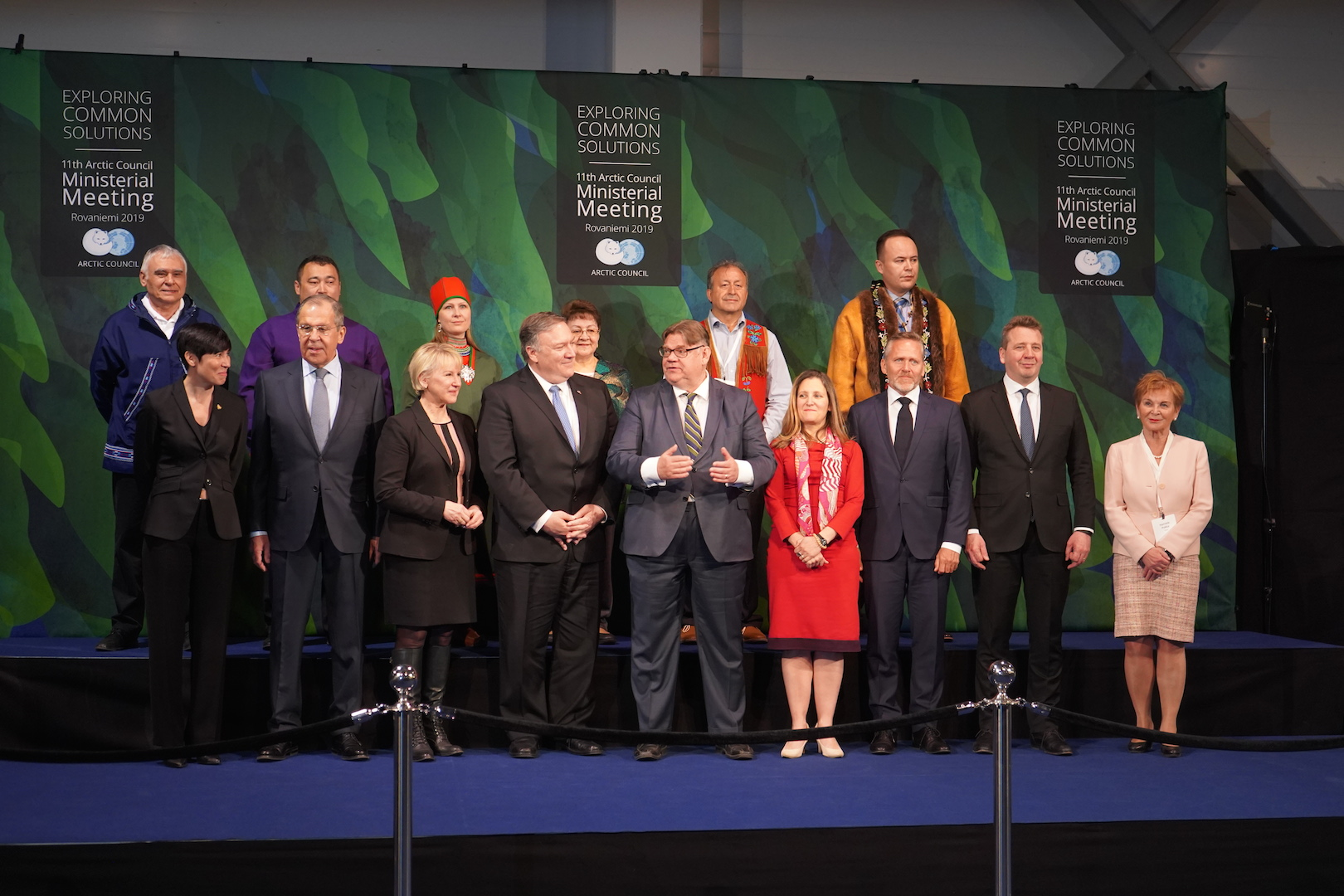 Mike Pompeo, le secrétaire d'État américain, au centre de la photo de famille prise quelques minutes avant le sommet ministériel du Conseil de l'Arctique, le 7 mai 2019 à Rovaniemi, en Laponie finlandaise. (Copyright : Marine Jeannin et Igor Gauquelin)