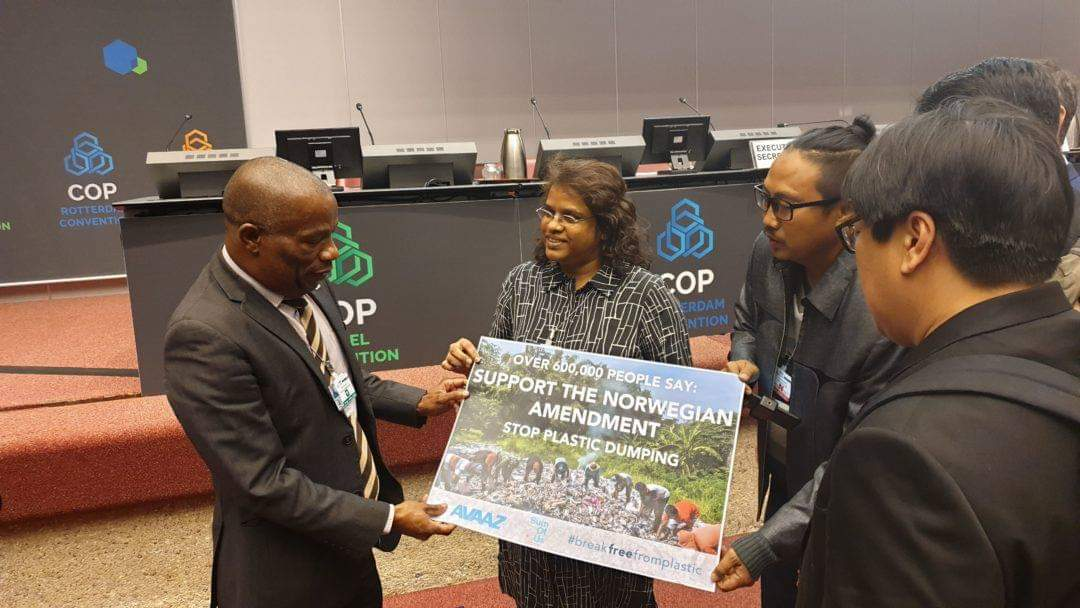 "Prigi Arisandi, de l'association indonésienne Ecoton, et Mageswari Sangaralingam, de la branche malaisienne de Friends of the Earth, (au centre), remettent la pétition ""Stop dumping plastic in paradise"", lors de la conférence des parties de Genève."