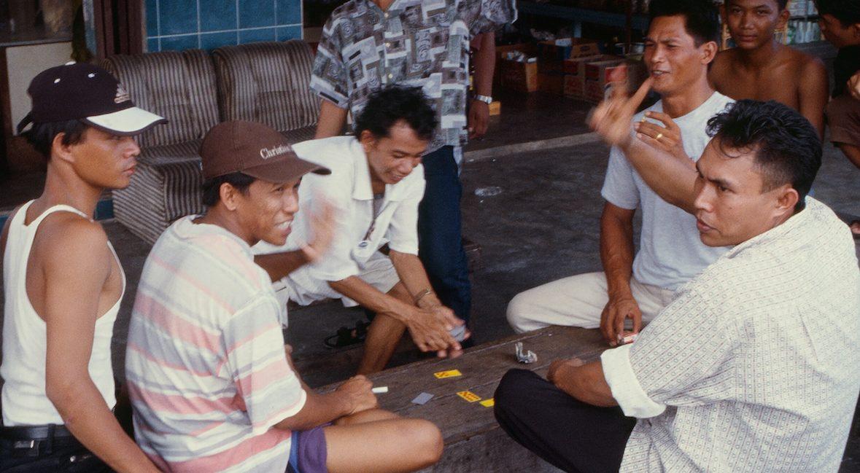 Jeux de cartes à Kalimantan, la portion indonésienne de l'île de Bornéo - par Bruno Birolli. (Copyright : Bruno Birolli)