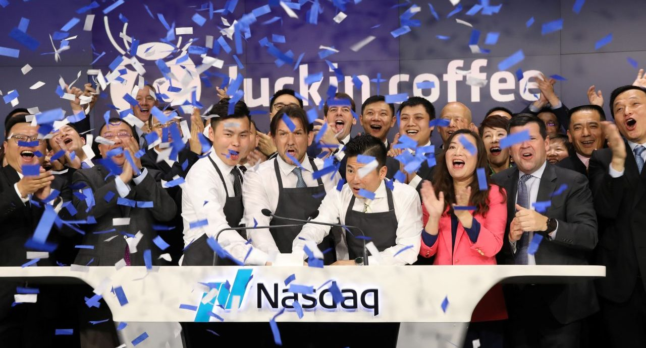 Jenny Qian Zhiya, PDG de Luckin Coffee, célèbre l'introduction en bourse du rival de Starbucks en Chine à New York le 17 mai 2019, deux ans seulement après sa fondation. (Source : WSJ)
