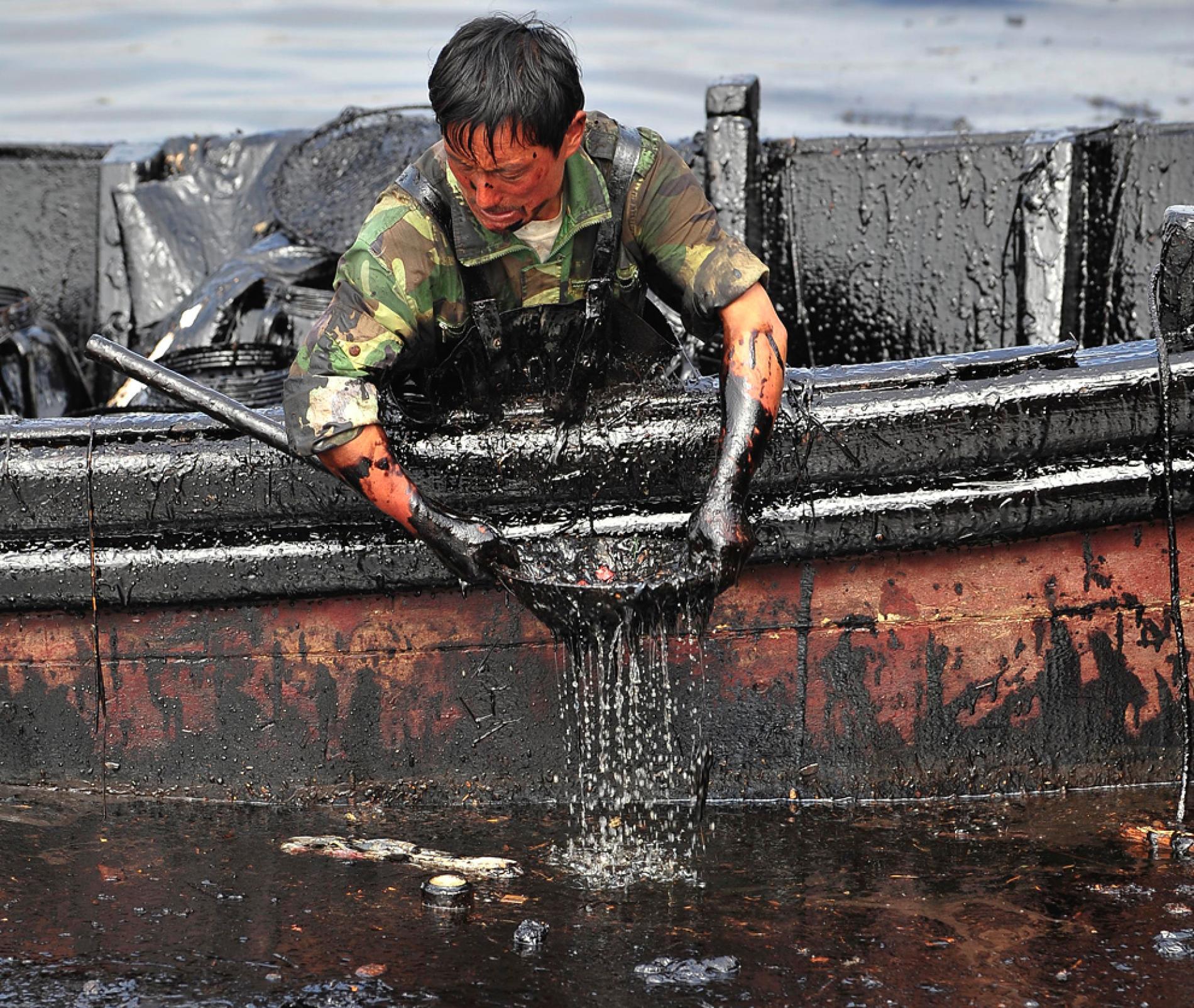 """Provoquée par l'explosion de deux oléoducs le 16 juillet 2010, la marée noire au large de Dalian s'est transformée en affaire de négligence grave au sein de la """"faction du pétrole"""". (Source : National Geographic)"""