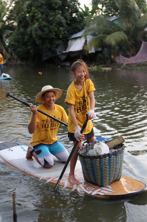 Lilly ramasse des déchets plastiques dans le fleuve Chao Phraya près de Bangkok.