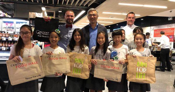 """Lilly lors de """"la journée sans plastique"""", le 3 juillet 2018, au centre commercial Central, à Bangkok."""