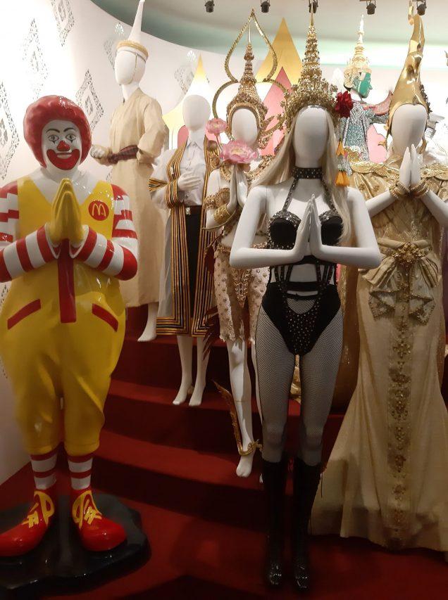 """Espace de l'exposition """"Decoding Thainess"""" au Palais du Siam à Bangkok. Ronald McDonald fait le """"wai"""", l'un des symbole de l'identité thaïe. (Crédit : Suzanne Lamour)"""