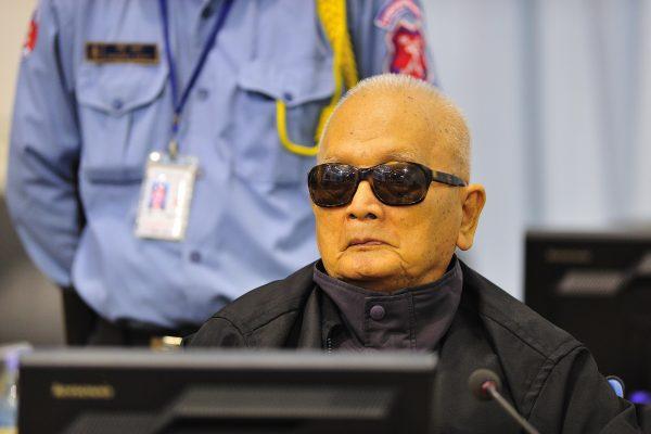 """Condamné en 2014 à la prison à perpétuité pour crimes contre l'humanité et génocide, Nuon Chea, """"frère numéro deux"""" des khmers rouges est mort le 4 août 2019. (Source : Wikimedia commons)"""