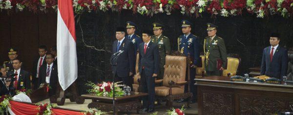 """Le président indonésien Joko """"Jokowi"""" Widodo"""" le jour de sa première investiture, aux côtés de son prédécesseur Susilo Bambang Yudhoyono, le 20 octobre 2014 à Jakarta. (Source : Wikimedia Commons)"""