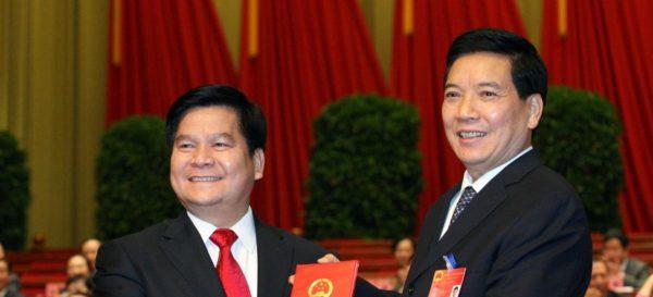 Le secrétaire du Parti de la province du Yunnan, Qing Guangrong (à droite), fraîchement démis en 2014, passe le flambeau à son successeur, Qiu He (à gauche). (Source : Gokunming)