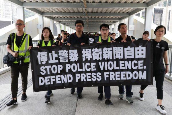 Des milliers de journalistes hongkongais marchent vers le quartier général de la police à Wan Chai le 14 juillet 2019, contre les brutalités policières à l'égard des reporters en première ligne des manifestations anti-extradition dans l'ancienne colonie britannique. (Source :SCMP)