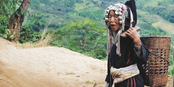 """Pour les ethnies montagnardes de la Chine du Sud à la Birmanie, en passant par la péninsule indochinoise, l'arme de résistance massive à l'État, c'est le nomadisme, écrit le politologue James C. Scott dans """"Zomia ou l'art de ne pas être gouverné"""" (Points, 2019). (Source : Contretemps)"""
