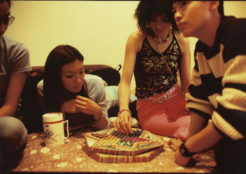 Jeu de dames chinoises pendant la pause lors du tournage d'un film à Hong Kong - par Bruno Birolli. (Copyright : Bruno Birolli)