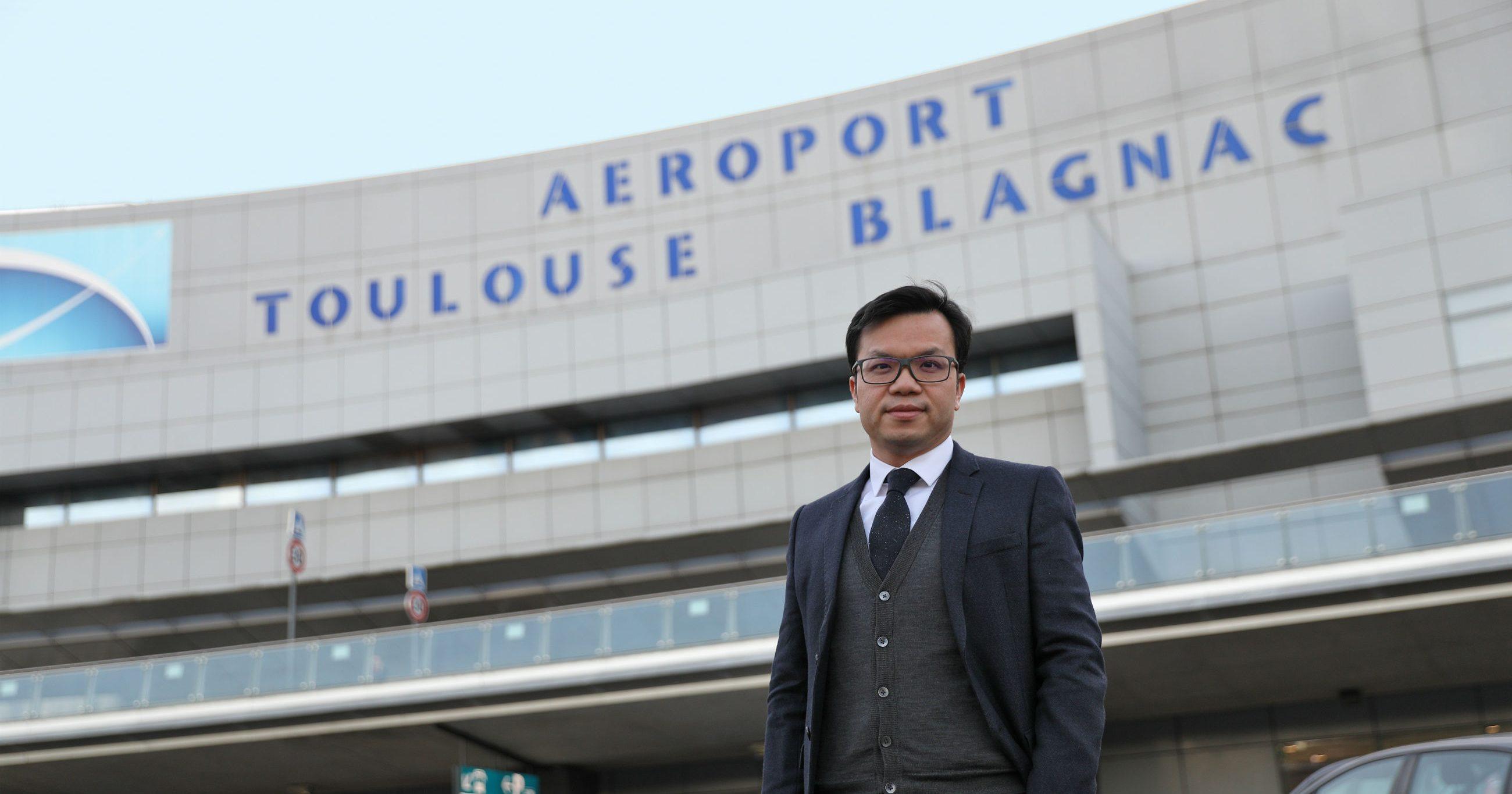Mike Poon, Pdg du groupe chinois Casil Europe, qui détient 49,99 % des parts de l'aéroport de Toulouse-Blagnac depuis 2015, va les vendre au groupe français Eiffage. (Source : La Tribune)
