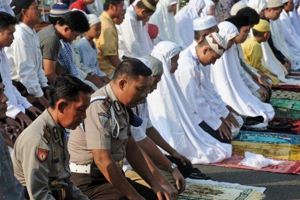 Prière publique lors de la campagne présidentielle en Indonésienne en 2014. (Source : The Conversation)