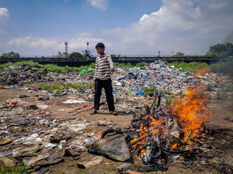 Dans la décharge de Govandi à Bombay, la pollution et les fumées toxiques favorisent la progression de la tuberculose. (Copyright : Alban Foreste)