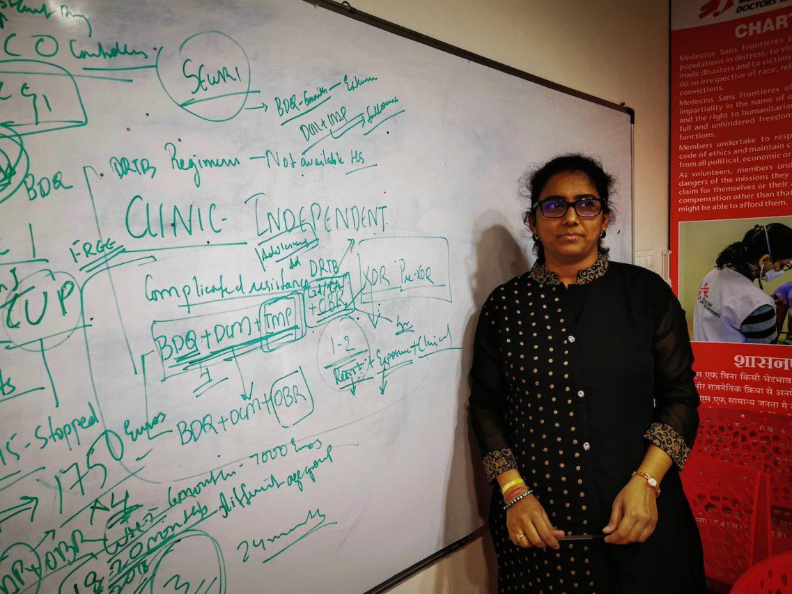 La docteure Pramila Singh détaille les protocoles de soins appliqués au sein de la clinique de MSF. (Copyright : Alban Foreste)