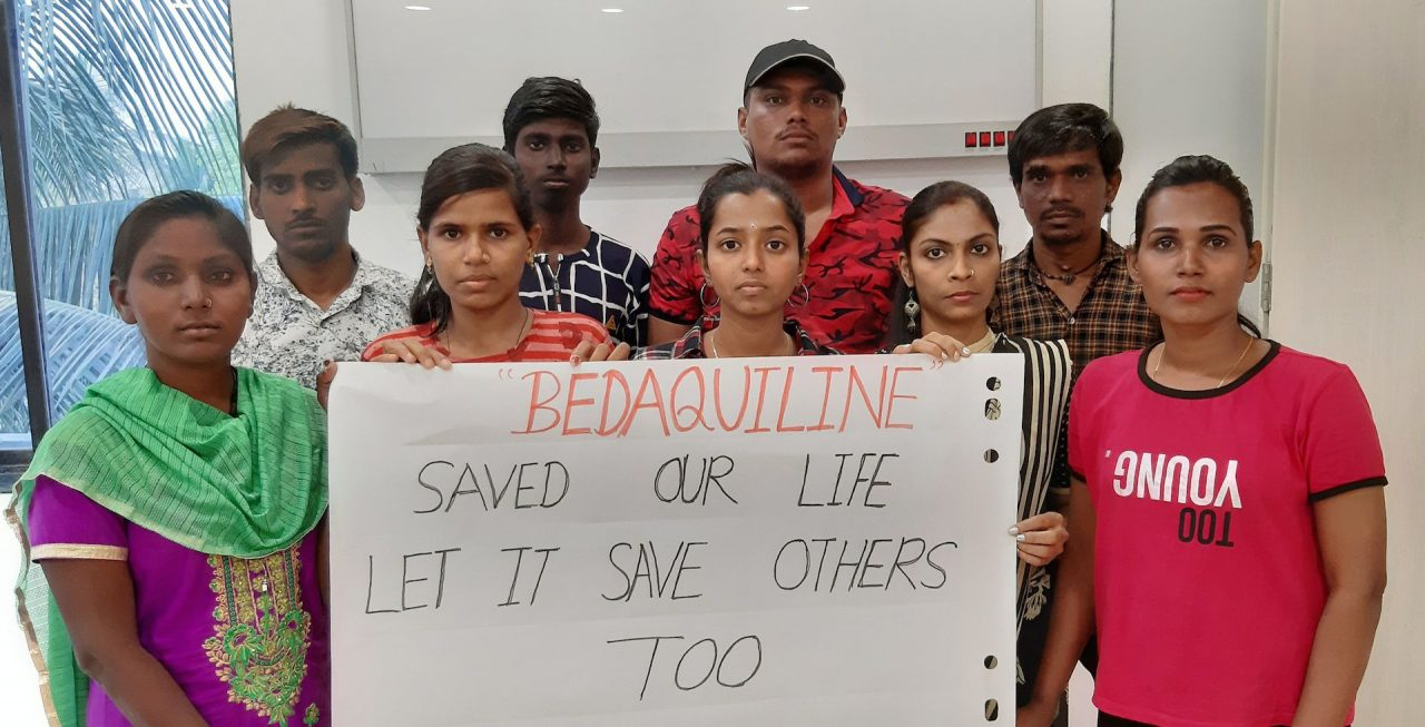 Un groupe de survivants à la tuberculose proteste contre le brevet de la bédaquiline. (Copyright : Siddesh Gunandekar / MSF)