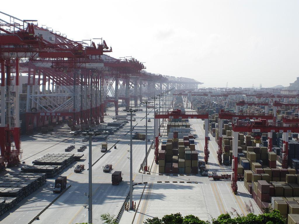 Le terminal conteneur de Yangshan, qui sert d'avant-port à Shanghai, le premier port de commerce du monde pour le trafic conteneurs comme pour le tonnage. (Source : Wikimedia Commons)