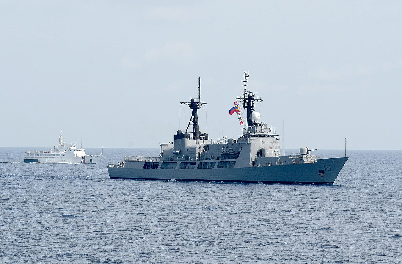 En mai 2012, le Gregorio Del Pilar, navire amiral de la marine philippine, a tenté d'appréhender douze bateaux de pêche chinois au large du récif de Scarborough. Deux navires de surveillance de la marine chinoise se sont alors interposés. Pékin a ensuite enfoncé le clou en dépêchant sur zone le Yuzheng-310. (Source : Wikimedia Commons)