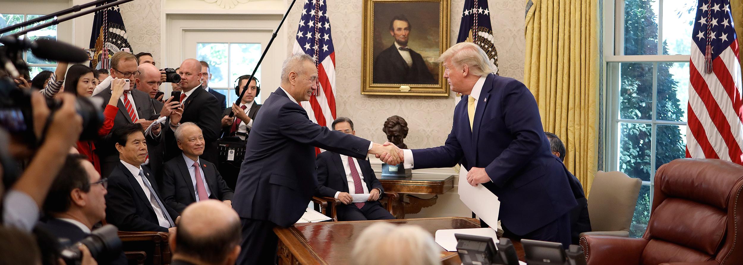 Le président américain Donald Trump serre la main du vice-premier ministre chinois Liu He dans le bureau oval de la Maison Blanche, le 11 octobre 2019 à Washington. (Source : NBCNEWS)