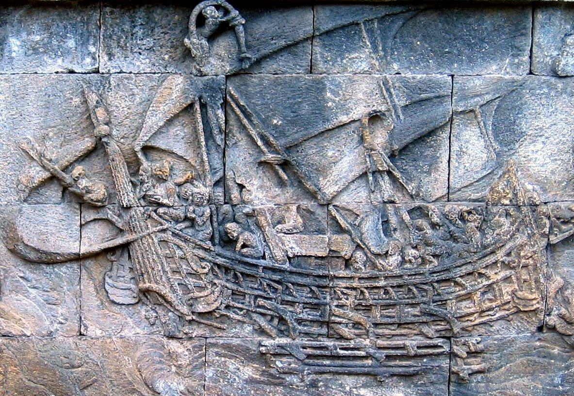 """Bateau sur les bas-reliefs de la face nord du temple de Borobudur dans le centre de Java, construit au VIIIe siècle. L'image est souvent utilisée pour illustrer les capacités """"indonésiennes"""" en matière de navigation hauturière. (Source : Wikimedia Commons)"""
