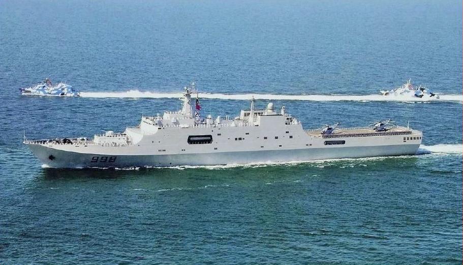 Le Yuzhao (LSD-998) du Type 071, accompagné de vedettes lance-missiles classe Houbei (Type 022). (Source : Wikimedia Commons)