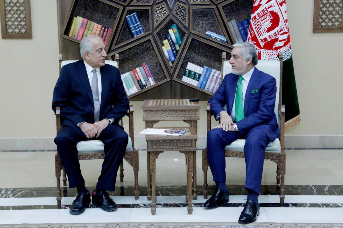 Le représentant américain pour l'Afghanistan Zalmay Khalilzad et le chef de l'exécutif afghan Abdhullah Abdullah, le 2 septembre 2019 à Kaboul. (Source : PBS)