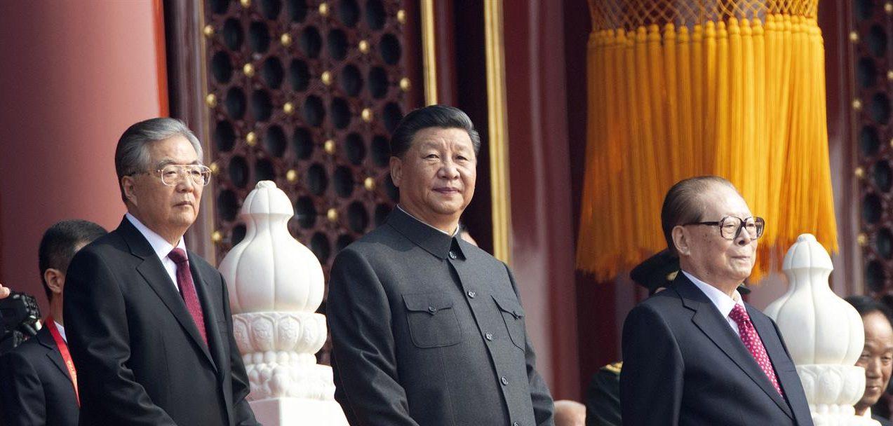Le président chinois Xi Jinping et ses deux prédécesseurs, Hu Jintao (à gauche) et Jiang Zemin (à droite) lors du défilé militaire célébrant les 70 ans de la Chine populaire, place Tian'anmen à Pékin le 1er octobre 2019. (Source : News Talk 990)