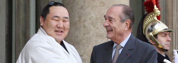 L'ancien président français Jacques Chirac recevant un champion de sumo sur le perron de l'Élysée à Paris. (Source : RMCSPORT)