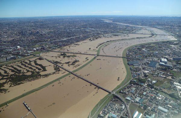Vue aérienne du fleuve Arakawa, divisant les départements de Tokyo et Saitama, en crue au lendemain du passage du typhon Hagibis le 13 octobre 2019. (Source : Inquirer)