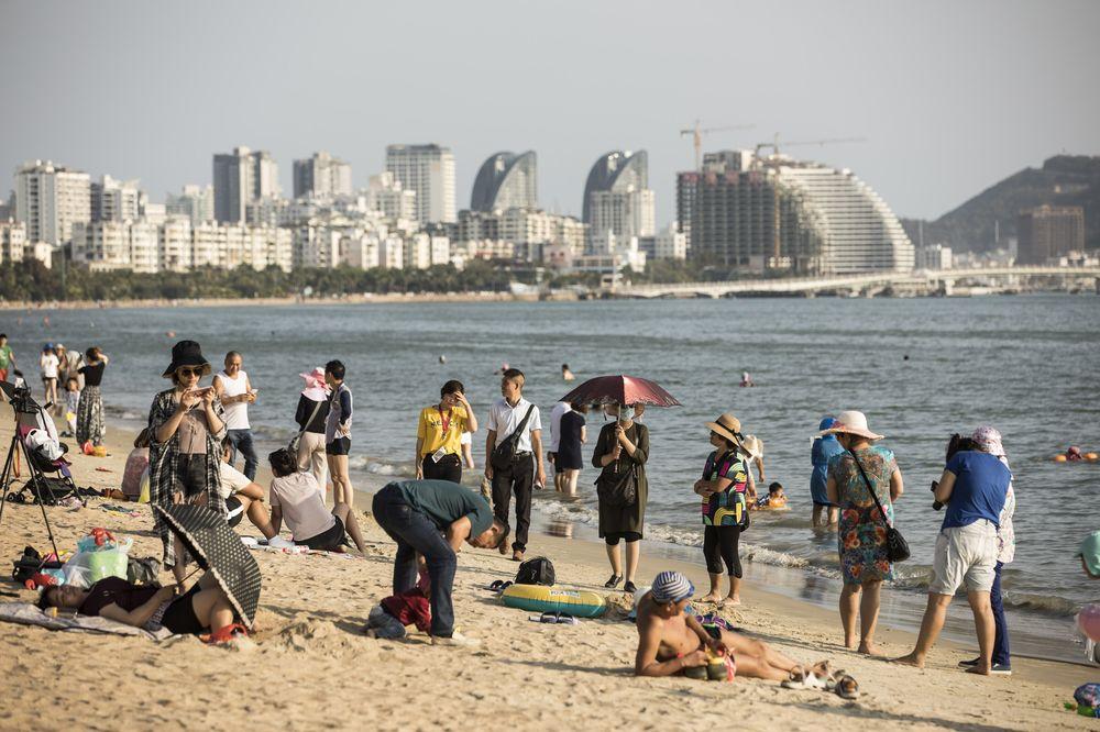 Touristes chinois au bord de la baie de Sanya, capitale provinciale de l'île de Hainan. (Source : Bloomberg)