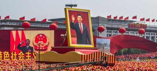 Le portrait géant du président Xi Jinping lors du défilé militaire pour les 70 ans de la République populaire, le 1er octobre 2019 à Pékin. (Source : Asia Nikkei)