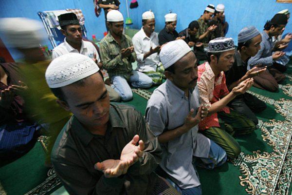 Rohingyas réfugiés en Indonésie en pleine prière après la rupture du jeûne à Medan, au nord de Sumatra en Indonésie, le 3 août 2012. (Source : Christian Science Monitor)