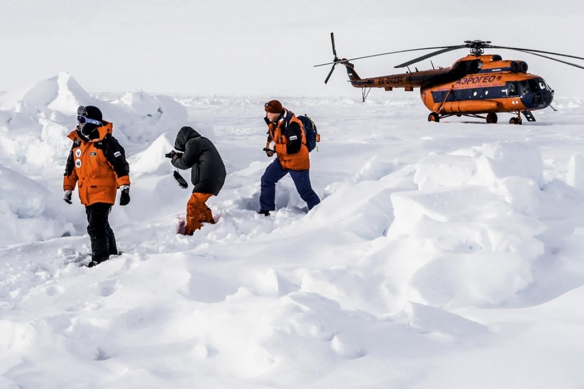 Des touristes chinois atteignent le pôle nord dans un hélicoptère russe. (Source : South China Morning Post)