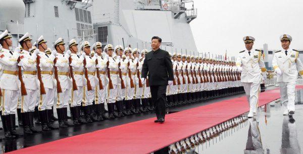 Le président chinois Xi Jinping passe en revue les gardes d'honneur de l'Armée populaire de libération (APL) juste avant de monter à à bord du navire chinois 117 Xining pour célébrer les 70 ans de l'APL, le 23 avril 2019 au large du port de Qingdao. (Source : SCMP)