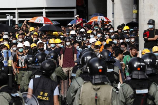 Les manifestants pro-démocratie et la police face à face dans le district de Yuen Long à Hong Kong, le 27 juillet 2019. (Source : LA TIMES)