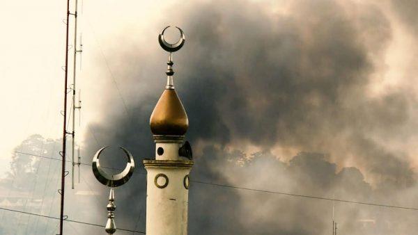 Minaret d'une mosquée de Marawi lors des combats entre l'armée philippine et les combattants du groupe Mau affilié à l'organisaiton État islamique, en mai 2017. (Source : Jakarta Globe)