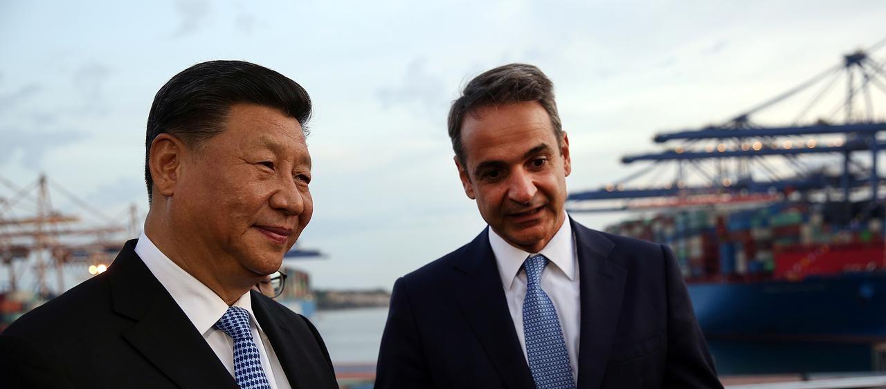 Le président chinois Xi Jinping et le Premier ministre grec Kyriakos Mitsotakis au terminal de conteneurs de la Cosco, premier armateur chinois, au port du Pirée, le 11 novembre 2019. (Source : Reuters)