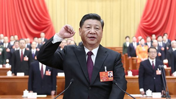 Le numéro un chinois Xi Jinping prêtant allégeance au Parti communiste lors de sa reconduction à la tête de l'État et de la commission militaire centrale, le 17 mars 2019 durant la session annuelle de l'Assemblée nationale populaire. (Source : CGTN)