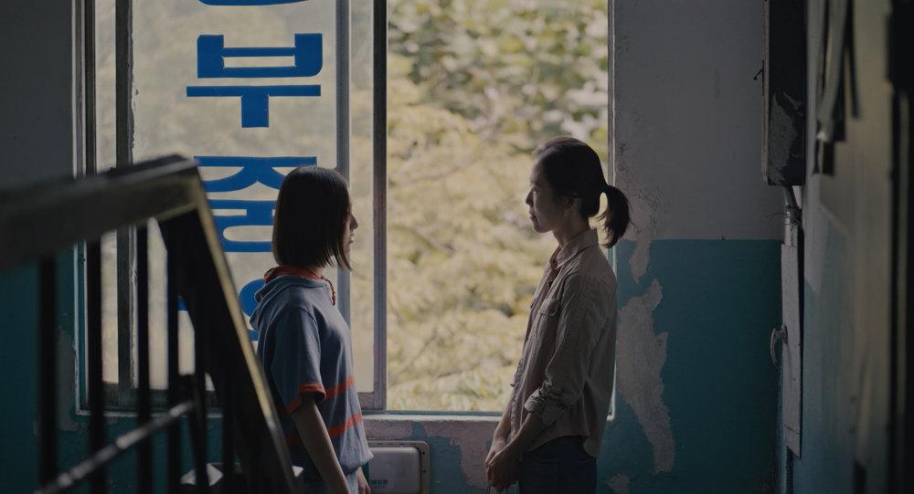 """Scène du film """"The House of the Hummingbird"""" de Kim Bora. """"Il existe différentes formes d'amour"""", explique la réalisatrice. (Crédit : DR)"""