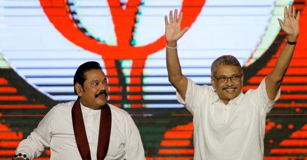 A gauche, Mahinda Rajapaksa, ancien président et nouveau Premier ministre du Sri Lanka, aux côtés de son frère cadet Gotabaya Rajapaksa, nouveau chef de l'État élu le 17 novembre 2019. (Source : Reuters)