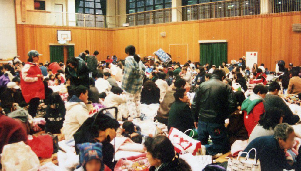 Dans le gymnase d'un établissement scolaire de l'arrondissement Chuo à Kobe, transformé en centre d'évacuation, le 17 janvier 1995. (Crédit : Ville de Kobe)