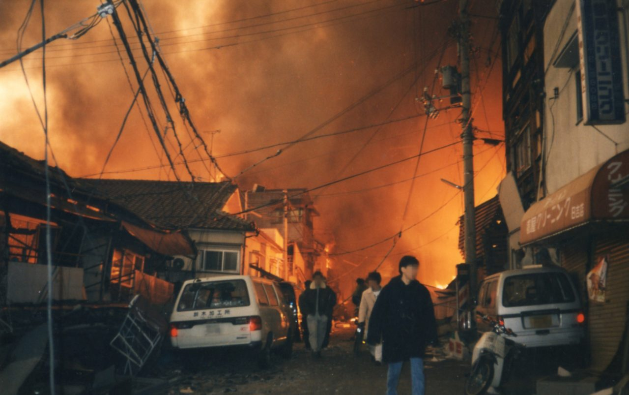 Incendie dans le quartier Hiyoshicho de l'arrondissement de Nagata à Kobe, le 17 janvier 1995. (Crédit : Ville de Kobe)