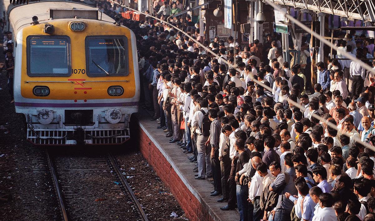 A la gare de Bombay. (Source : LA Story)