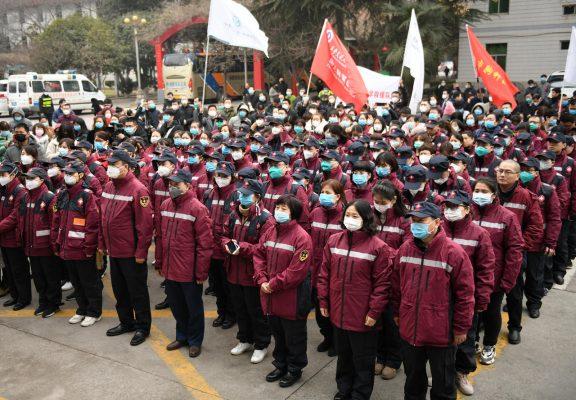 Personnel médical réuni à Xi'an, capitale de la province du Shaanxi dans le centre de la Chine, avant son départ pour Wuhan le 26 janvier 2020. (Source : Courrier international)