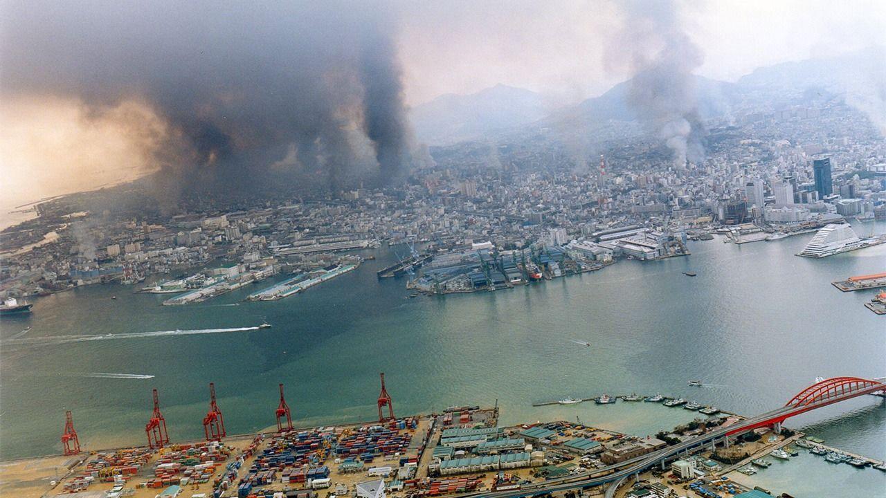 Kobe en flammes le 17 janvier 1995, le jour du séisme. (Crédit : ville de Kobe)