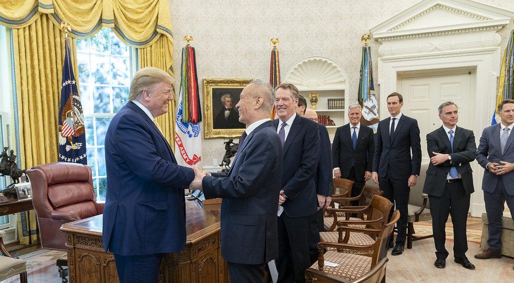 """Le président américain Donald Trump reçoit Liu He, le """"M. Économie de Xi Jinping"""", dans le Bureau ovale de la Maison Blanche le 11 octobre 2019. (Source : Lawfare Blog)"""