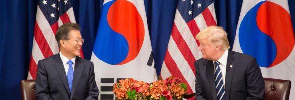 Le président Donald Trump et son homologue sud-coréen Moon Jae-in en marge de l'Assemblée générale des Nations Unies à New Ork, le 2 octobre 2017. (Source : Wikimedia Commons)