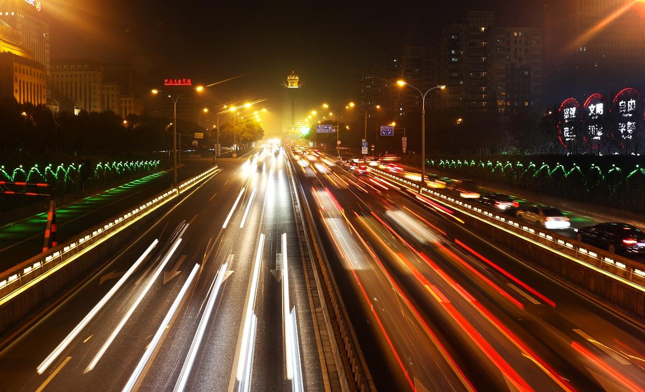 Circulation nocturne sur le deuxième périphérique au centre de Pékin. (Source : Needpix)